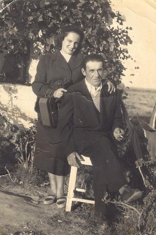 רוז'יקה ובלה בפתח הבית הסוכנותי - אמצע שנות ה 60