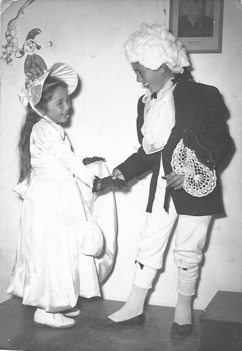צבי והבת של הורוביץ, מסיבת פורים במושב